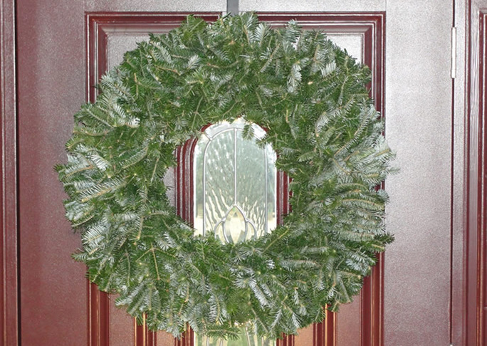 Details natural undecorated christmas wreath